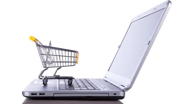 Un panier d'épicerie sur un clavier d'ordinateur.