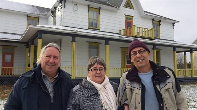 Christian Côté, Sylvie Onraet et Bertin St-Onge font partie du groupe de 5 personnes qui ont acheté le presbytère pour y passer leur retraite.