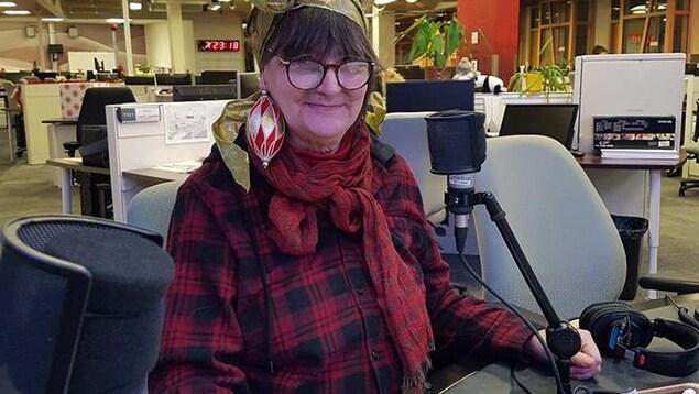 La conteuse, Odile Gallant, raconte un conte de Noël sur le plateau de l'émission Info-réveil.
