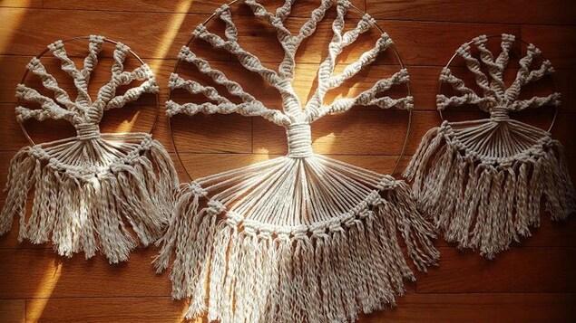 Trois créations artisanales en macramé fabriquées par Karamé, Cynthia Chouinard, de Havre St-Pierre.