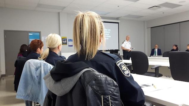 Des policiers assistent à une formation.