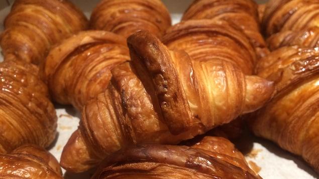 Plusieurs croissants dans une boîte