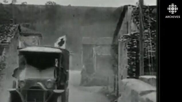 Une voiture identifié avec un drapeau de la Croix-Rouge roule pendant la Première Guerre mondiale.