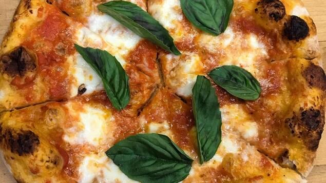 Une pizza.