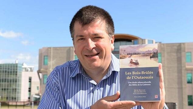 L'anthropologue et professeur Michel Bouchard et son livre.