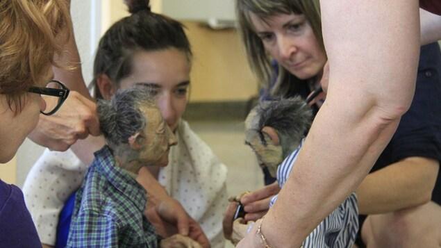 La marionnettiste Natalie Labossière avec une élève et deux marionnettes.