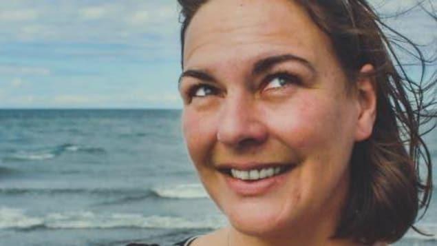 Cynthia sur le bord de la mer