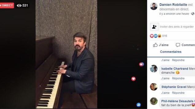 Un homme chante et joue du piano.