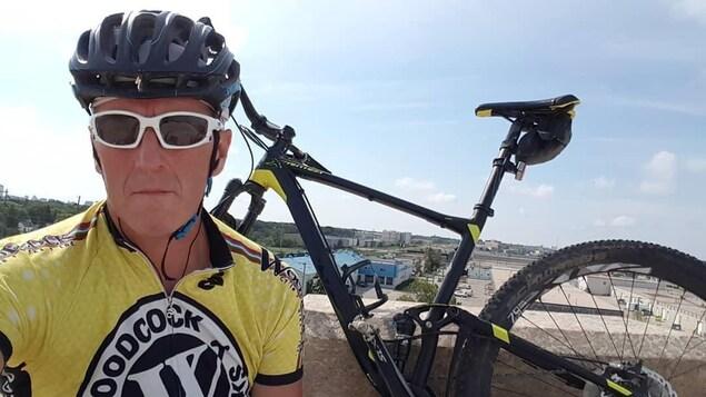 Jacques Marcoux avec un vélo.