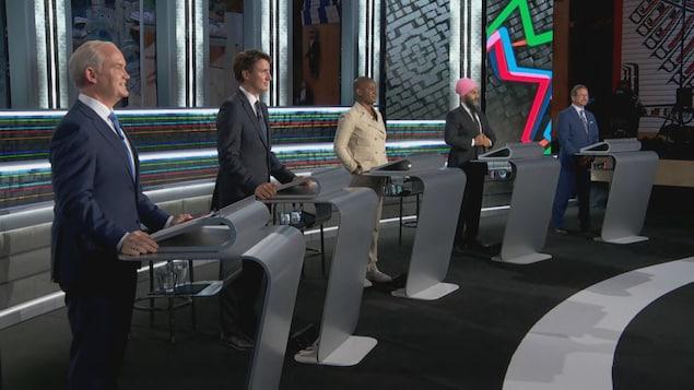 Les chefs sont debout, derrière un lutrin.