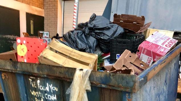 Oseriez-vous puiser dans les poubelles pour vous alimenter? Anne-Marie Auger a visité les poubelles, cette semaine, en compagnie de déchétaristes. À Sherbrooke comme ailleurs au Québec, ils sont plusieurs à choisir de se nourrir à même les conteneurs à déchets des commerces, après les heures d'ouverture.
