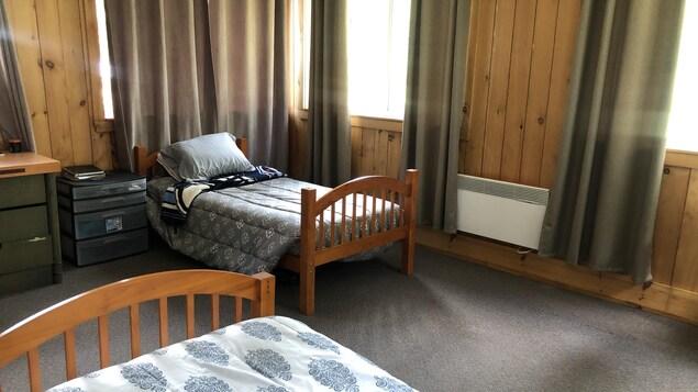 Un chambre avec deux lits simples.