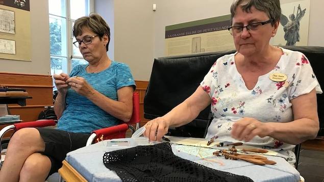 Deux femmes pratiquent la broderie