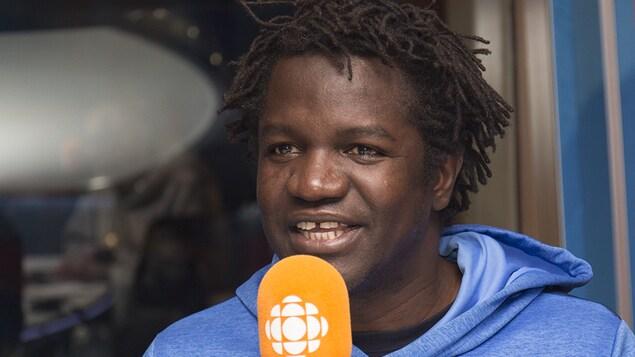 Boucar Diouf au studio 17 de Radio-Canada, à Montréal, le 17 décembre 2017