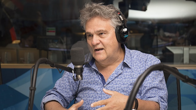 Le pédiatre Jean-François Chicoine parle au micro lors d'une entrevue accordée à Franco Nuovo, le 25 juin 2017.
