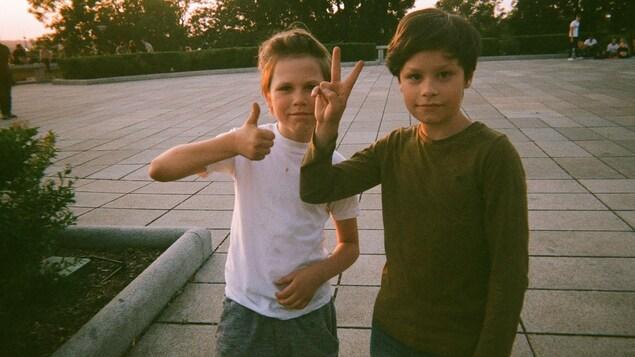 Deux garçons dans une espace public à Prague.
