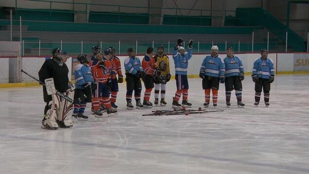 Des joueurs sur la glace