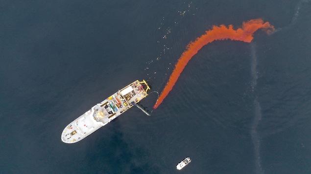 Un bateau déverse du colorant dans le Saint-Laurent.