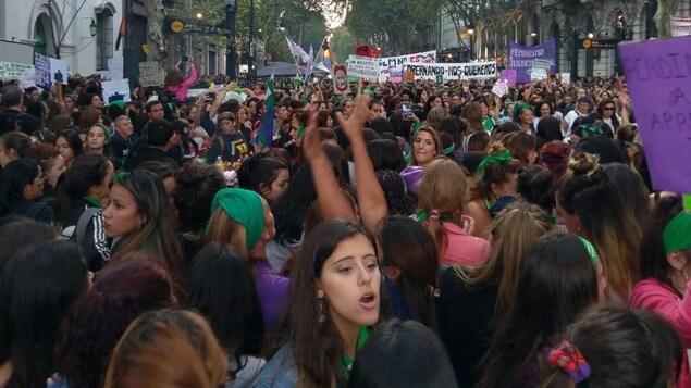 Une manifestation de femmes portant des foulards verts et revendiquant le droit à l'avortement en Argentine.