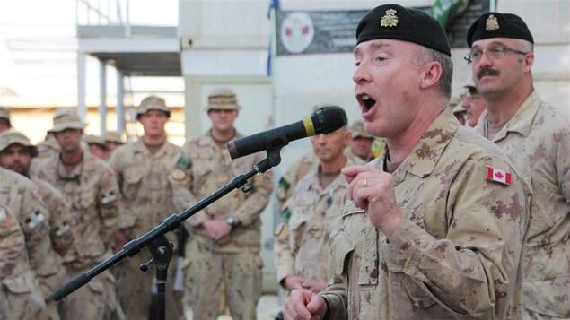 Un commandant en chef de l'armée canadienne s'adressant à des militaires Canadiens de la base aérienne de Kandahar en Afghanistan, le 11 mai 2011