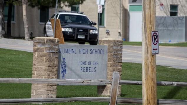 Une voiture de police sur les terrains du lycée de Columbine à Littleton au Colorado