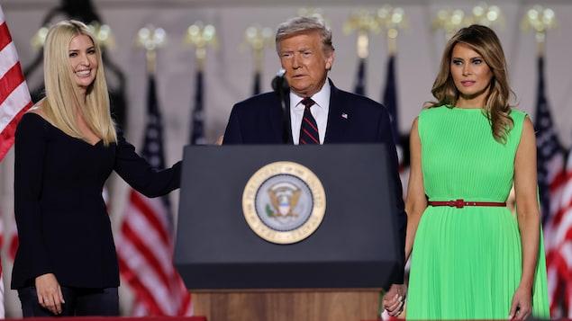 Donald Trump est entouré de sa fille et son épouse devant la Maison-Blanche.