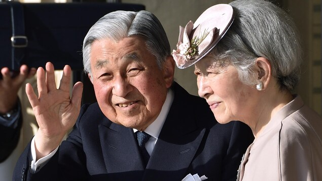 L'empereur Akihito accompagné de son épouse