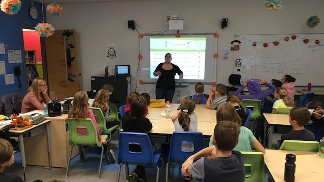 Cynthia Patenaude, du Réseau enfants-retour, parle à des jeunes dans une classe