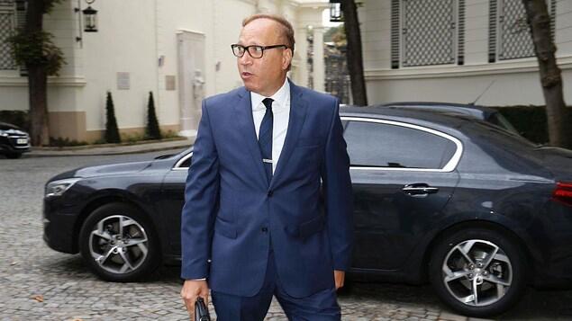 Ghaleb Bencheikh, président de la Fondation de l'Islam de France, debout devant un véhicule