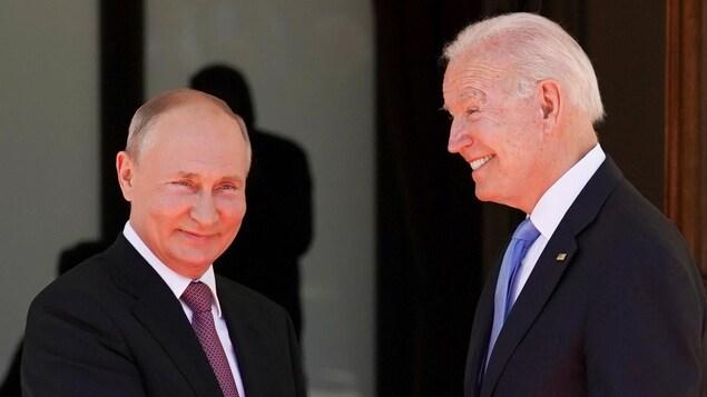 Vladimir Poutine et Joe Biden, les deux hommes se serrent la main.