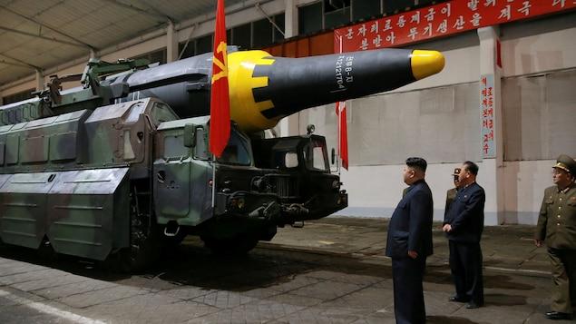 Cette photo non datée fournie par l'agence de presse officielle de la Corée du Nord montre le dirigeant Kim Jong-un en train d'inspecter un missile.