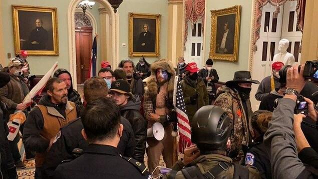 Un groupe de manifestants se tient dans un corridor.