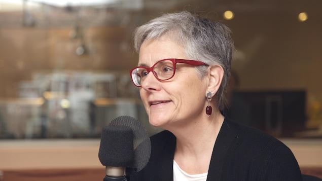 Manon Cornellier  devant un micro