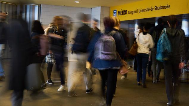 Des gens dans le métro de Longueuil le matin.