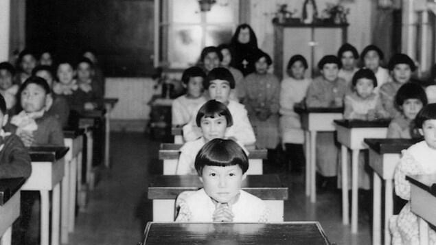 تلاميذ جالسون على مقاعد المدرسة.