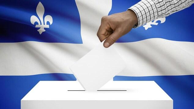 Une main qui dépose un bulletin de vote dans une boite de scrutin sur fond de drapeau québécois