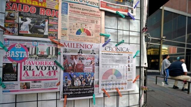 Un kiosque à journaux affichant la Une des journaux de la journée.