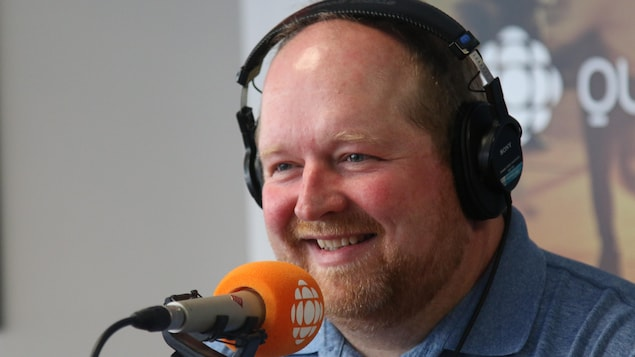 Richard Ouellet devant un micro de Radio-Canada