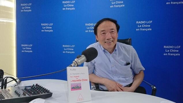 Xu Bo et son livre : De Shangai à Paris. Mon regard sur la nouvelle Chine, dans le studio de la Radio LCF, La Chine en français // Capture d'écran YouTube