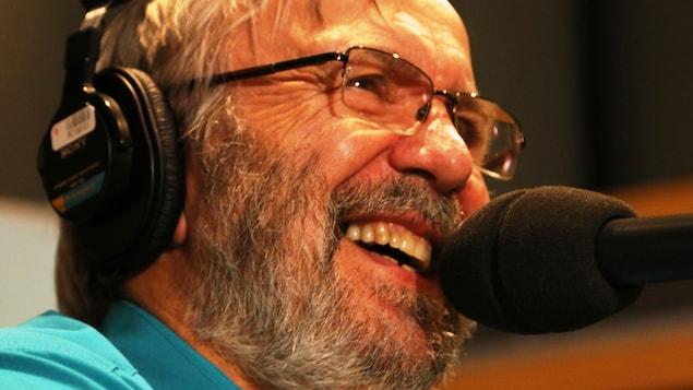 Yanick Villedieu rigole un bon coup pour sa dernière émission et demeure très serein à l'idée de la retraite.