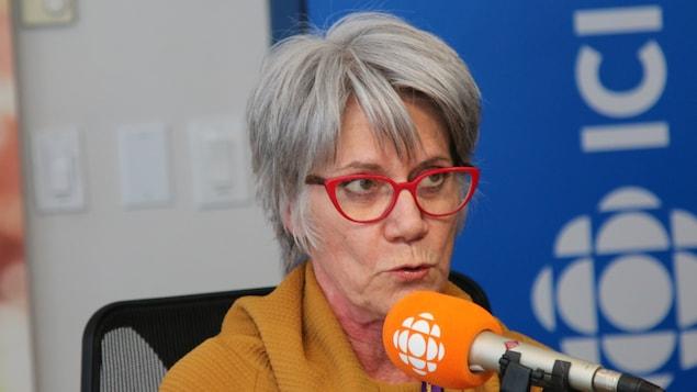 Une femme parle au micro.
