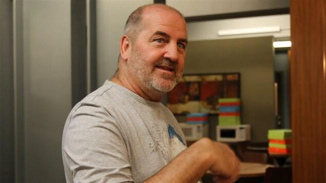 Luc Dionne, auteur de « District 31 », photographié dans un local de production.