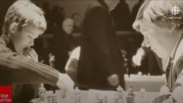 L'actuel champion du monde Magnus Carlsen, alors enfant, joue aux échecs.