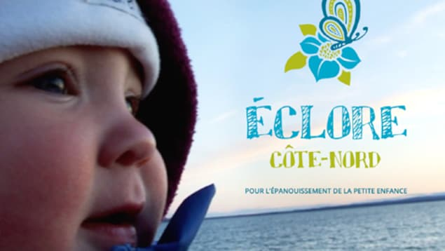 Un jeune enfant dehors, près du fleuve et le logo de l'organisme Éclore Côte-Nord