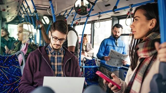 Un homme travaille dans l'autobus.