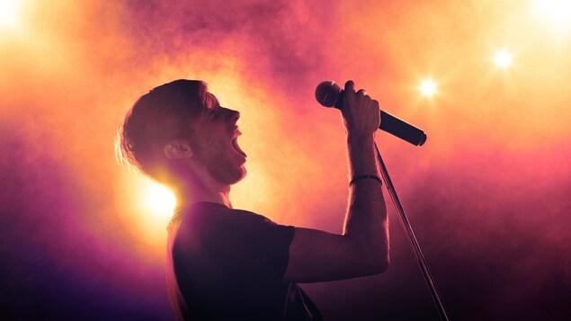 Un chanteur crie sur scène.