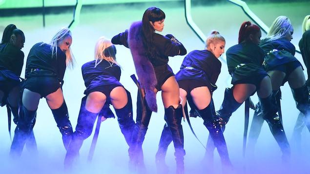 De plus en plus, les jeunes sont bombardés d'images à connotation sexuelle. Ce sont souvent leurs idoles, comme ici la chanteuse Rihanna, qui les surexposent à de telles images.