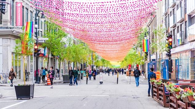 Les boules roses surplombent la rue Sainte-Catherine dans le quartier gai.