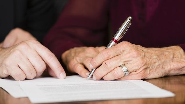 Une personne parcourt son testament avec son liquidateur.