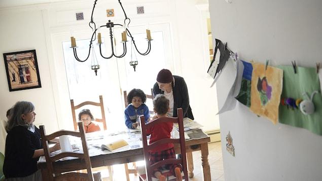 Une famille fait l'école à la maison à la table de cuisine.